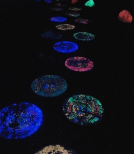 Pietre multicolore fosforescente
