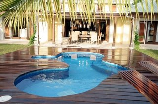 Piscina din fibra de sticla ingropata si amenajata cu terasa din lemn bambus