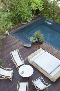 Gradina cu teresa de lemn in jurul piscinei