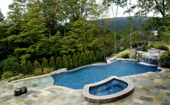 Pentru casa in padure piscina placata cu piatra