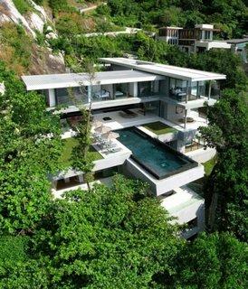 Piscina moderna amplasata in gradina pe terasa