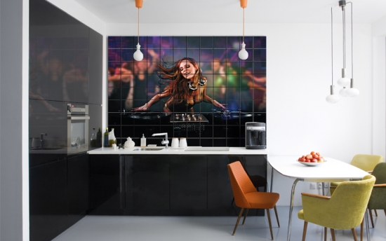 Bucatarie cu perete placata cu faianta personalizata digital cu imagine