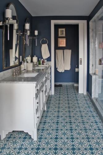 Baie albastra placata cu placi de mozaic decorativ
