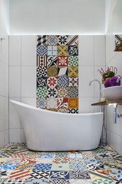 Baie cu placi decorative din ciment in stil patchwork