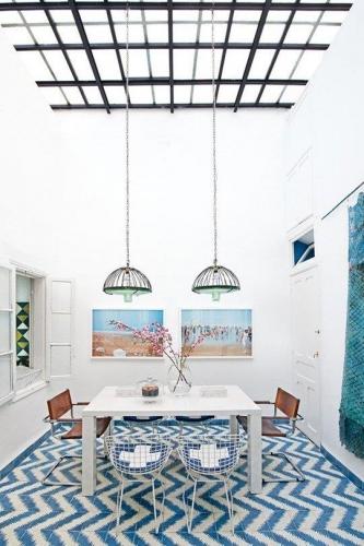 Dinning in stil marocan cu pardoseala din placi decorative din ciment alb cu albastru