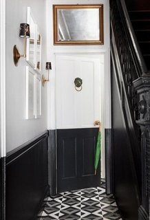 Hol mic de intrare amenajat in negru si alb si pardoseala cu ciment colorat