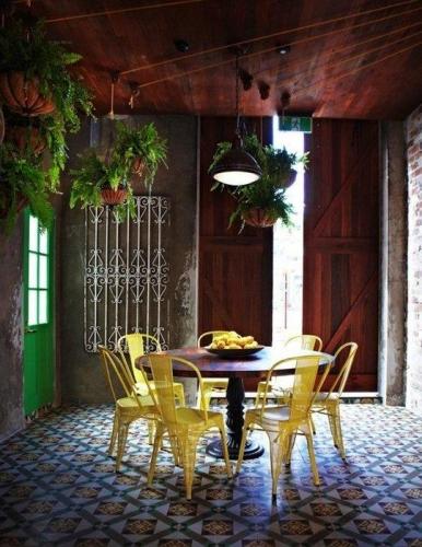 Pardoseala de cafenea placata cu placi decorative din ciment