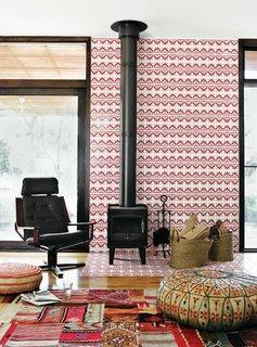 Perete de accent in living placat cu placi mici din ciment decorativ