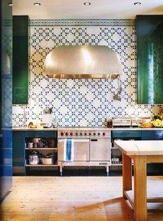 Perete in bucatarie placat pana sus cu placi din ciment decorativ