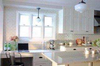 Bucatarie cu placi decorative si mobilier alb