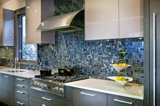 Perete din mozaic in tonuri de albastru