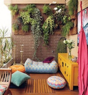 Balcon decorat cu plante cataratoare