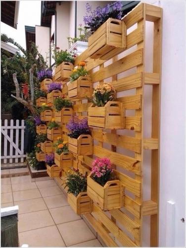 Jardiniere din lemn suspendate pe perete