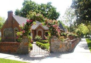 Poarta intrare in curte cu arcada cu tradafiri cataratori