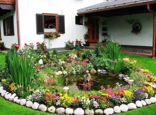 Mic iaz decorativ cu bordura de flori pitice colorate