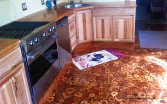 Bucatarie cu podea rustica din discuri de lemn