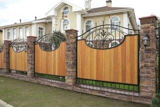 Combinatie de lemn si fier forjat pentru gard