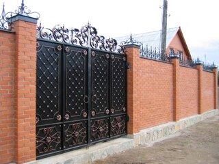 Gard din caramida si poarta din fier forjat
