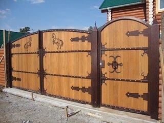 Gard si poarta din lemn si fier