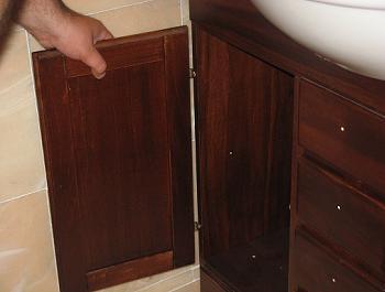 Fixare usa din stanga a dulapului de lemn pentru baie tratat antiumezeala