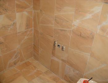 Locul de montare pentru dulapul de baie din lem tratat in baie placata cu marmura