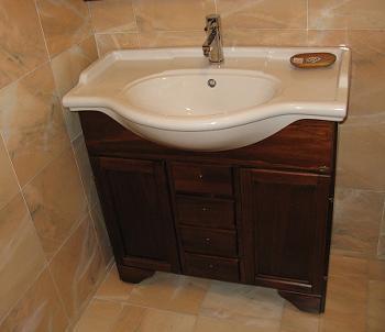Pozitionare mobilier baie cu dulap de lemn tratat pentru umezeala