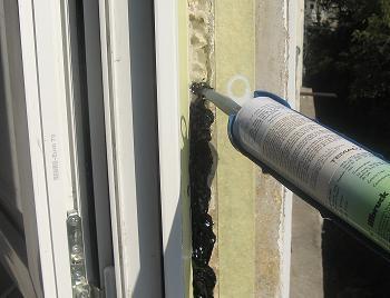 Hidroizolatia tamplariei pvc termopane  cu silicon bituminos pentru terase si acoperisuri