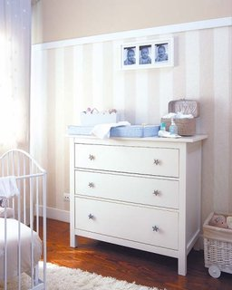 Decor camera copil cu pereti cu tapet si plinte si profile decorative