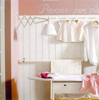 Lambriu aplicat pe perete roz somon