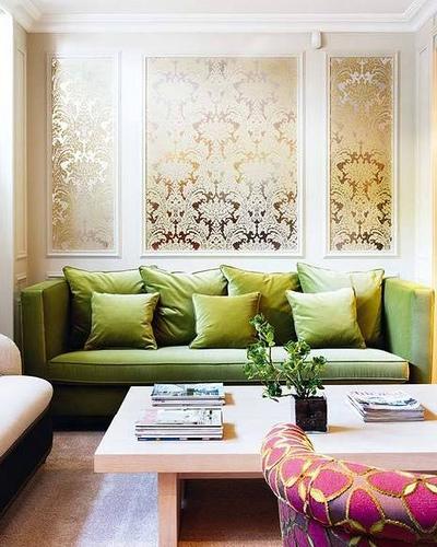 Perete din spatele canapelei cu bagheta decorativa si tapet auriu