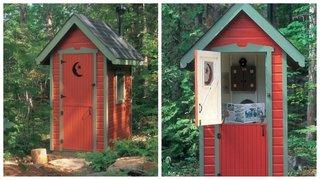 Toaleta din lemn in curte