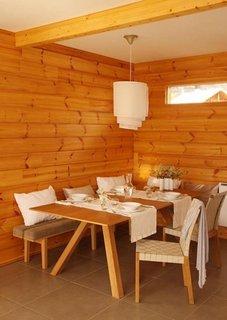 Dining cu mobila din lemn in casa moderna din busteni