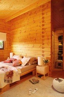 Dormitor in casa din lemn