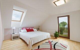 Dormitor luminos amenajat la mansarda