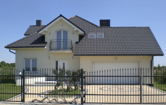 Gard din fier asortat cu balconul casei