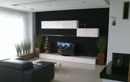 Perete negru in living si comoda TV alba