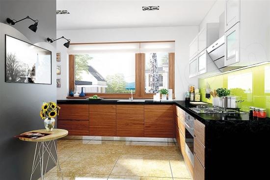 Bucatarie cu mobila din lemn si perete colorat verde aprins