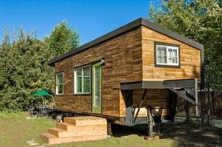 Casa de vacanta din lemn fara fundatie pe structura unei rulote