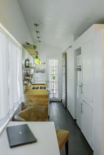Hol ingust cu bucatarie si loc pentru masa