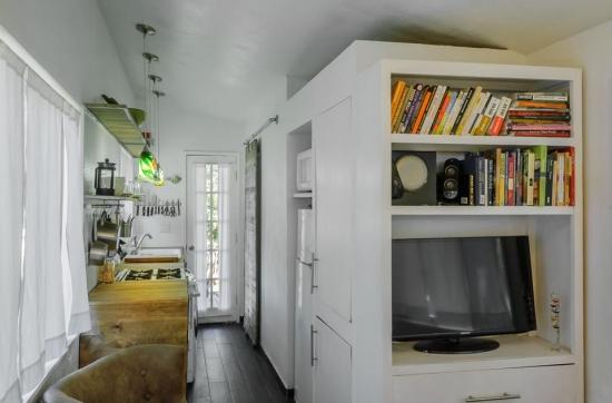 Mobilier alb compact cu spatii de depozitare