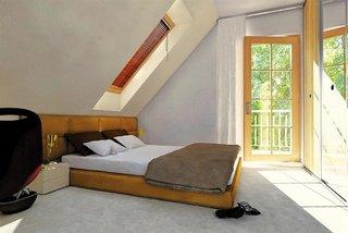 Dormitor amenajat in spatiul de la mansarda