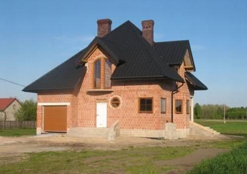 Casa la rosu construita din caramida