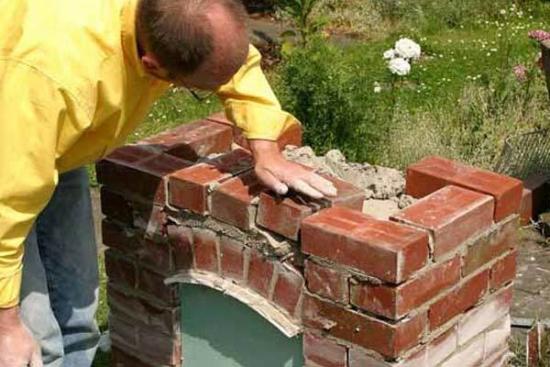 Construire gratar mic cu spatiu de depozitare