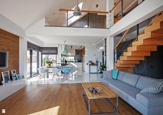 Living modern cu tavan foarte inalt for Casa moderna living