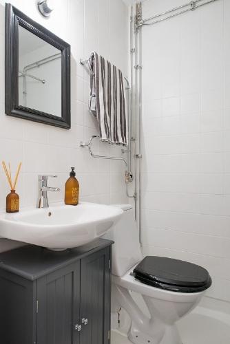 Baie mica de apartament cu alb si negru