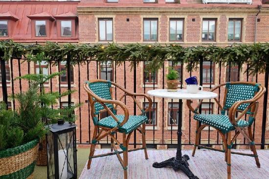 Balcon deschis cu masa si doua scaune
