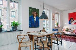Bucatarie deschisa spre living cu tablouri originale