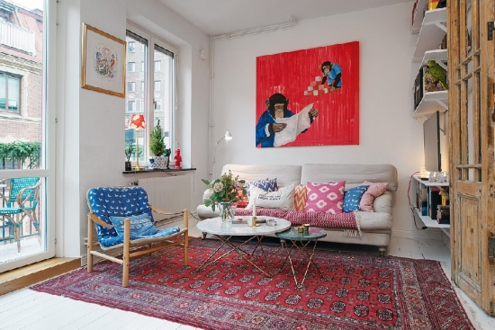 Living apartament doua camere amenajat cu rosu retro