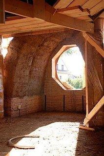 Casa din baloti cu geamuri rotunde