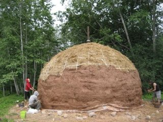 Casa sferica acoperita cu lut